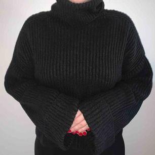 En jättemysig svart stickad tröja. 🤩🥰 Knappt använd. Kan skickas mot frakt eller mötas upp i Falun. 🥰🤩💖