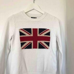 Fin stickad tröja med tryck på framsidan. Tröjan är köpt på JC. Använd ett fåtal gånger. Mycket fint skick!