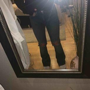 Blåa bootcut jeans med egengjorda hål på knäna. Storlek S men passar även XS då dom är väldigt stretchiga. Nästan aldrig använda, nypris 499kr