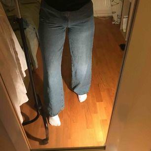 Blåa vida jeans. Köpta på Zalando från Even&Odd. Jättefint skick säljes pga för stora