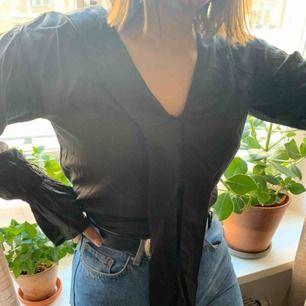 Mörkbrun blus från NA-KD, passar stl S men saknar lapp i nacken. Aldrig använd. Köpare står för frakt <33