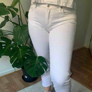 💖 Vita jeans i stretchigt material från Zara. Relativt korta i benen med fransar längst ned. Använda få gånger. Köpare står för frakt