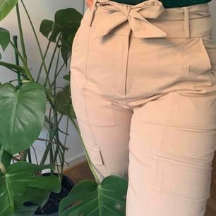 Ljusrosa cargobyxor med en ficka på vardera ben från NA-KD i stl 40. Aldrig använda. Köpare står för frakt 💞