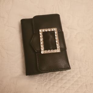 Svart plånbok från Don Donna. Köpt på accent. Använd ca 2-3 gånger och säljer pga inte min grej.