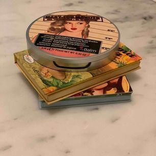 Smink kit (the balm) Aldrig använt sminkprodukterna💄 kittet innehåller :The balm Mary - Lou manizer  poeter highlghter   Det är en ny blush från the balm (hot mama) och ny bronzer (taket home the Bronz