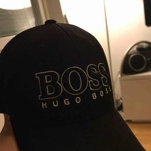 Min pojkväns Hugo Boss keps i one size. Använd en del men i bra skick! Därav det billiga priset. Använd några månader. Nytt pris: 449kr