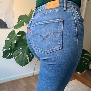 🥰 721 high rise skinny jeans i stl 29 från Levi's med hål på vardera knä. Köpare står för frakt