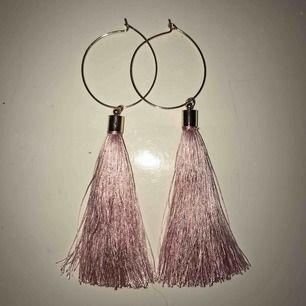 Ett par söt rosa örhängen! Har används runt tre gånger och desinficerar de innan postningen (frakt ingår i priset)🥰