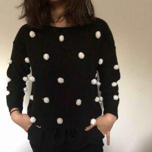 En svart tröja ifrån Monki. Använd men är i bra skick. Säljs pga ingen användning.
