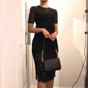 En svart spetsklänning från Zara, helt oanvänt med prislapp! Den är genomskinlig, därmed ingen underklänning. Passar nog S/M bäst då den sitter väldigt lös på XS, slutar vid knäna för mig som är 160 cm 💕 Dm för mer info! 🥰