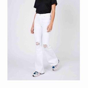 Vita bootcut jeans i modellen macy från dr denim i storlek s. Köpta för 500kr. På vissa delar av Jeansen har tyget dragit ihop sig lite och vet ej vad det beror på ( kan skicka bild i chatten). Köpare står för frakten 🤩