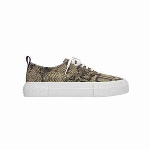 Sneakers från Eytys X H&M. Använda två gånger, fint skick. Stl 38 men är som stl 39.