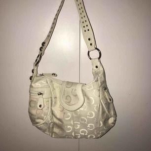 Guess-väska? Vintage-inspirerad! Jättefin hel och ren💕