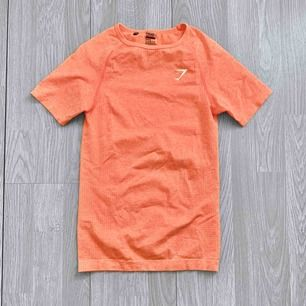 Äkta gymshark vital seamless t-shirt i färgen peach coral. Storlek s. Fint skick.   Frakt kostar 42kr extra, postar med videobevis/bildbevis. Jag garanterar en snabb pålitlig affär!✨ ✖️Fraktar endast✖️