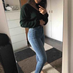 Högmidjade jeans i storlek 38, passar mig som har storlek 34/36 i jeans då den e ganska tight och stretchig. (Frakt behövs ej betalas)