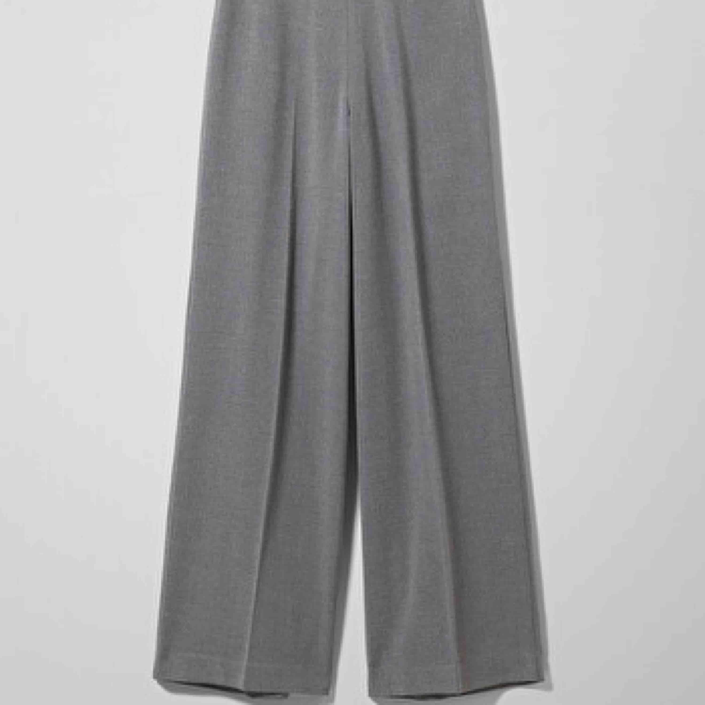 Säljer dessa byxor från weekday! Väldigt fint skick! . Jeans & Byxor.