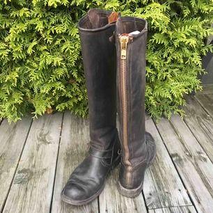 Bruna höga prime boots, använda som ni ser men ändå fint skick. Köptes för 3800kr. Har även i svart