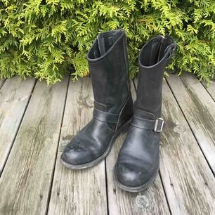 Låga svarta prime boots. Använda men i bra skick. Köpta för 3000kr