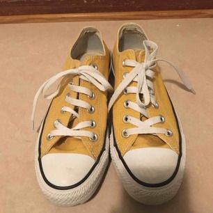 Fina gula Converse! Skorna är i bra sick och använd knappt. Säljer pga de är för stora för mig, passar bra för de som har 38. Köparen står för frakten. Nypris är 650kr