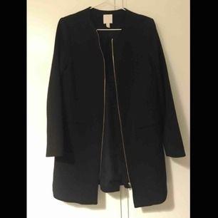 Fint svart dam kappa som är i väldigt bra sick! Har köpt för 500kr från H&M och använd knappt. Köparen står för frakten.