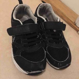 Svarta barn skor från Kappa.