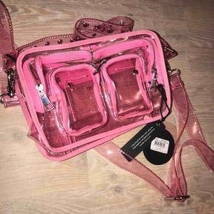 """Säljer en helt ny nunoo väska """"Ellie transparent bag"""". ALDRIG använd. Har lappar kvar😍 skickas mot porto, köparen står för frakten"""