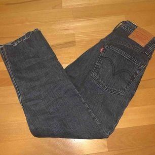 """Jättesnygga Levi's jeans i modell """"501 CROP - Jeans straight leg"""" köpta från Zalando för 1150kr. Använda några gånger men är precis som nya, har dock klippt några cm nedtill för att få en slitning. Betalning via swish🥰"""