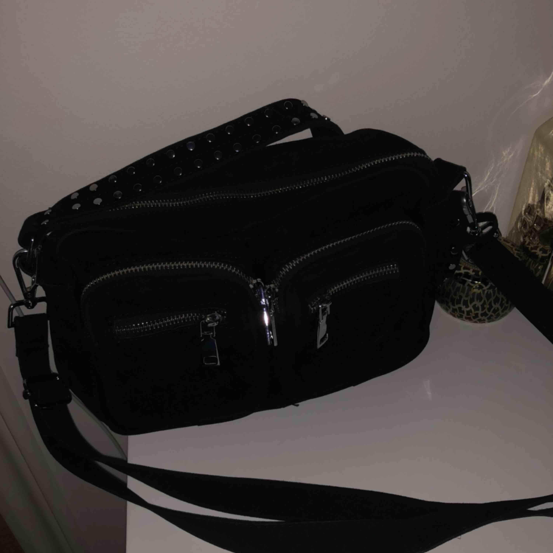 Säljer min svarta noella väska som aldrig är använd (fick fel i present). Dustbag till väskan finns. Den är köpt på Lundbergs och är i den klassiska modellen. Nypris: 699kr . Väskor.