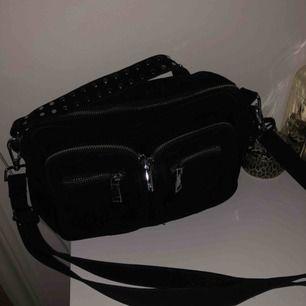 Säljer min svarta noella väska som aldrig är använd (fick fel i present). Dustbag till väskan finns. Den är köpt på Lundbergs och är i den klassiska modellen. Nypris: 699kr