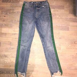 Snygga jeans med slitningar från bikbok i strl S💕 Nypris 599😍