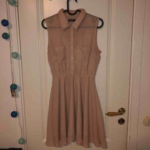 Beige/ljusrosa klänning från Miss Milla Exclusive.  Använd men syns ej. Köparen står för frakten.