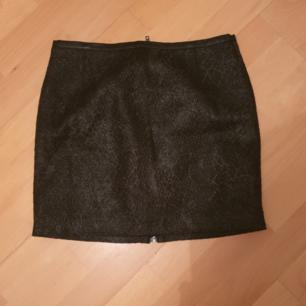 Svart skitfet kjol från H&M. Ormskinnsliknande material. Säljer pga förliten :( Finns i karlskrona, annars står köpare för frakt❤