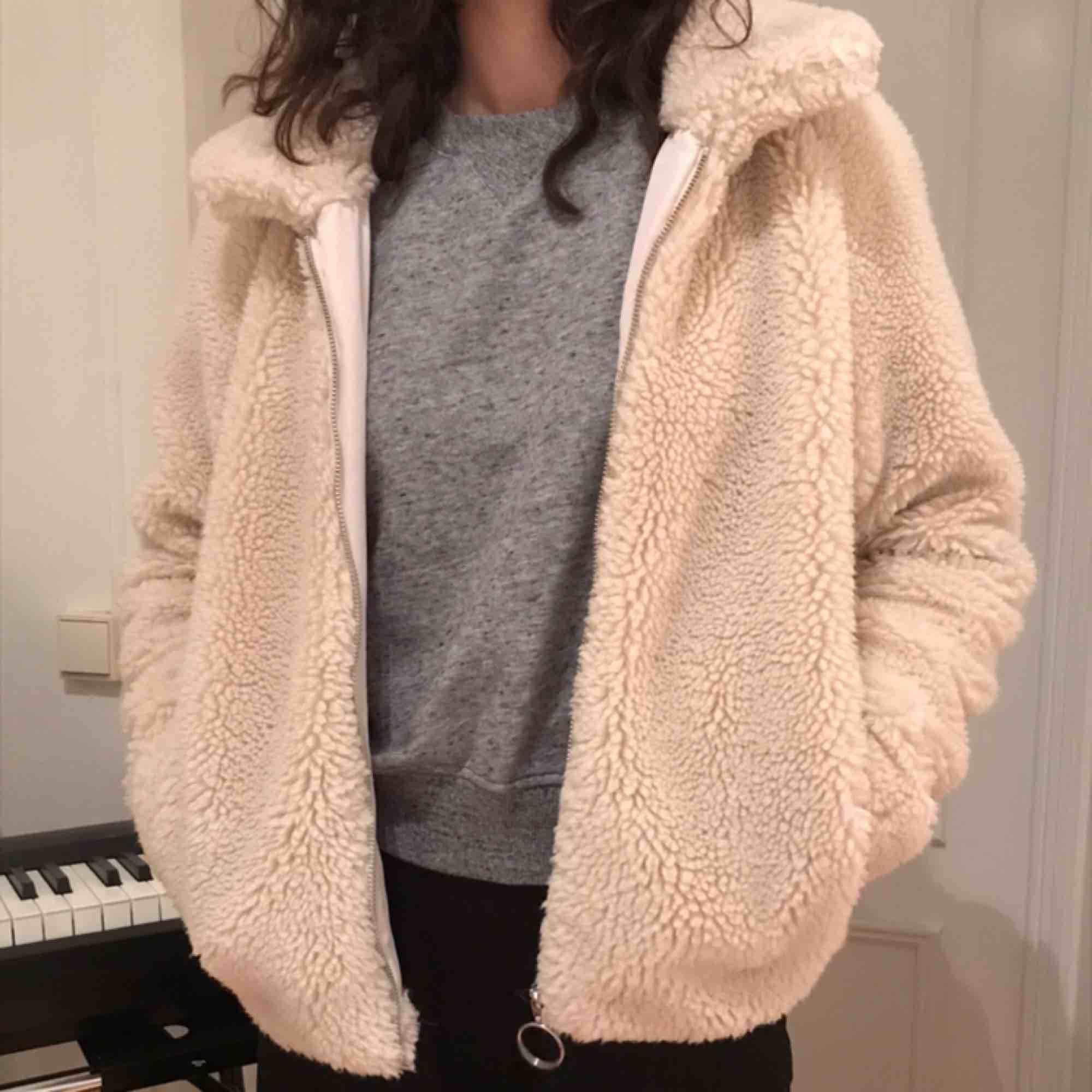 Söt teddy jacka från H&M, Nypris 600kr. Den har lite fläckar men ska tvätta den innan. Väldigt varm och bra inför vintern. Jackor.