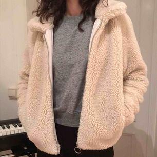 Söt teddy jacka från H&M, Nypris 600kr. Den har lite fläckar men ska tvätta den innan. Väldigt varm och bra inför vintern