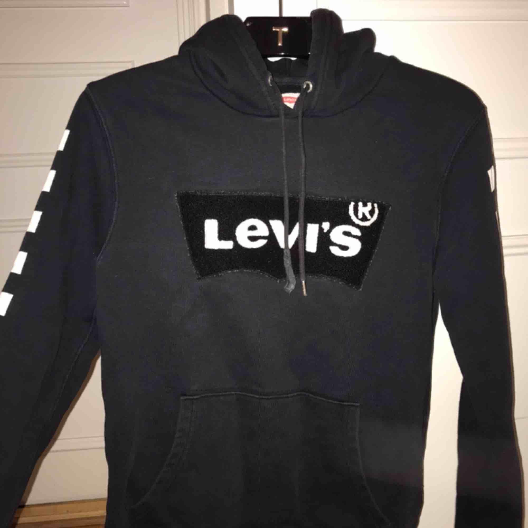 Snygg Levi's hoodie i storlek S, lite trasig på ena snöret men annars i väldigt bra skick. Nypris var runt 600. Huvtröjor & Träningströjor.