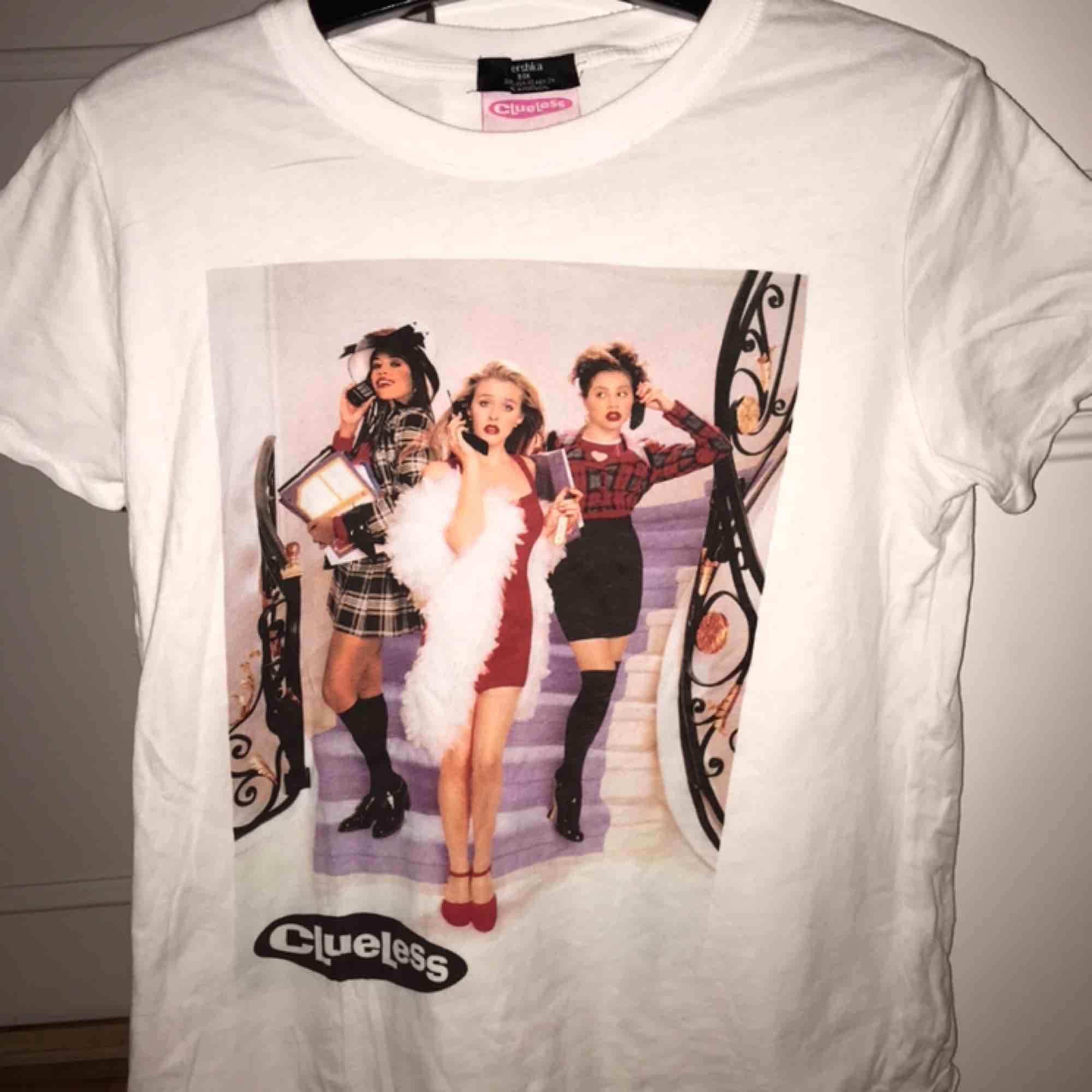 Söt tröja från Bershka med Clueless bild. Står även Clueless på ryggen. Storlek XS men passar även S kanske t.o.m. m. Exkl. frakt. T-shirts.