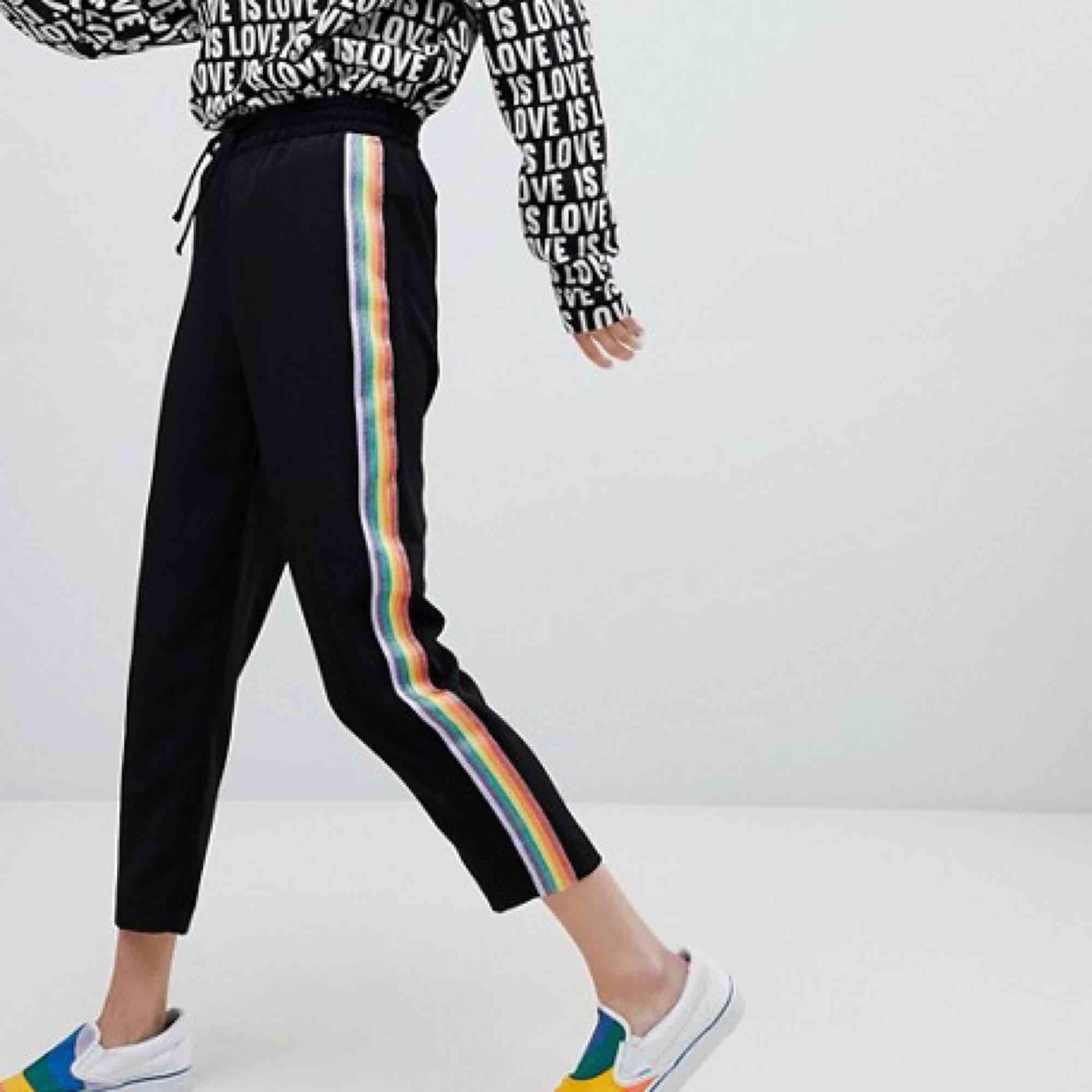 svarta byxor från monki med regnbågsdetalj! bra skick!. Jeans & Byxor.