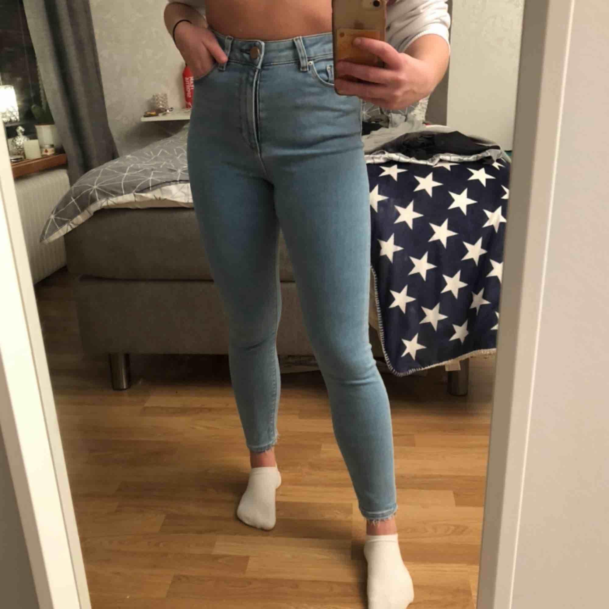 Ljusblå jeans från Asos. Lite ljusare & blåare i verkligheten. Mjuka, sköna och stretchiga. Endast provade, säljer då dom inte används. Frakt kostnad ingår inte, och betalas av köparen isf. . Jeans & Byxor.