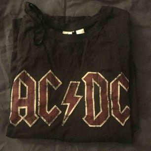en oanvänd t-shirt, möts upp i sthlm