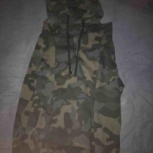 en kamouflage hoodie i storlek S, i bra skick:)