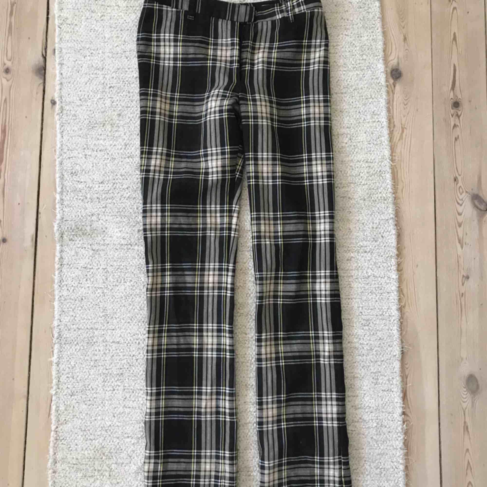 Jättefina rutiga byxor. Storlek 34, funkar för mig som har S, men lite tighta runt låren.  frakt är inte inräknat.  . Jeans & Byxor.