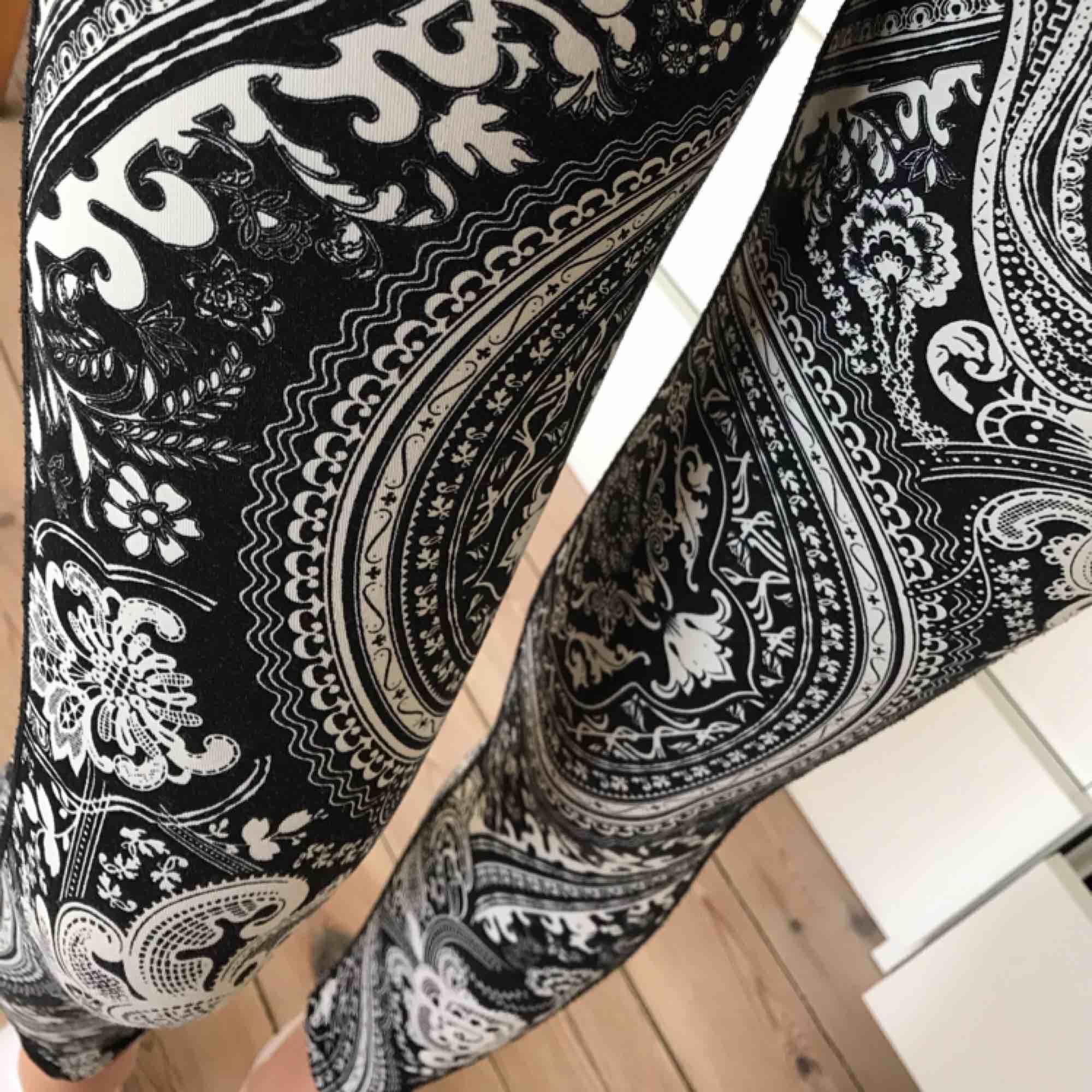 Snygga träningstights med roligt mönster. Sitter jättebra på. Endast använda ett fåtal gånger. Jeans & Byxor.