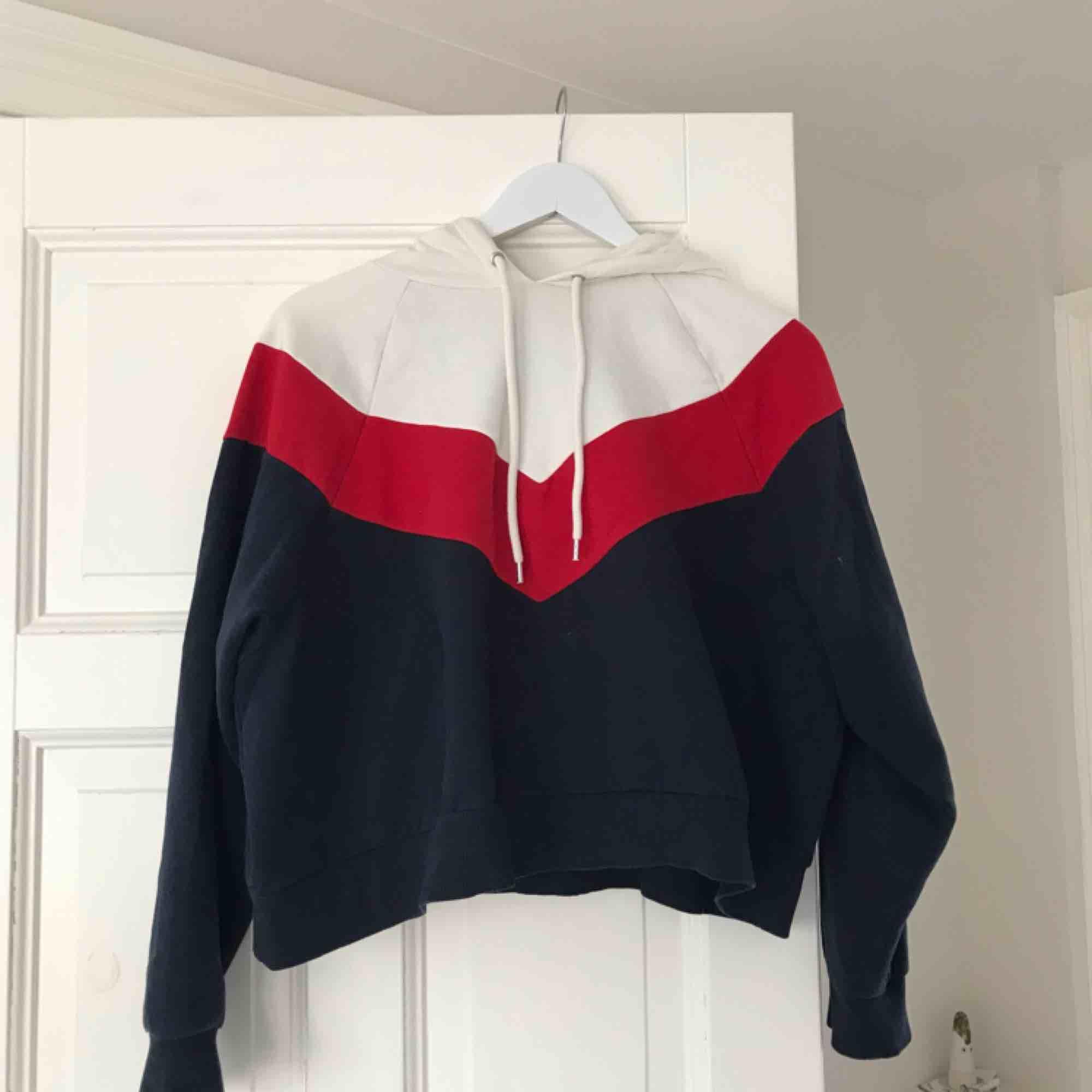 Jättefin croppad Hoodie i rött, blått och vitt. Inte alls sliten. Frakt är inte inräknat. . Huvtröjor & Träningströjor.