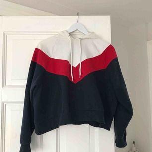 Jättefin croppad Hoodie i rött, blått och vitt. Inte alls sliten. Frakt är inte inräknat.