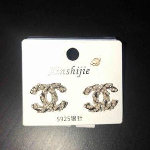 Säljer ett par Chanel örhängen (oäkta) för 200kr. Helt ny!
