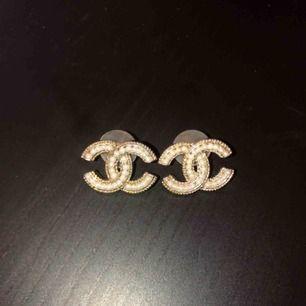 Säljer ett par Chanel örhängen (oäkta) för 200kr.