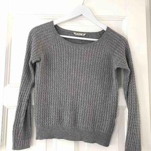 En lite tunnare kabelstickad tröja. Enligt lappen är det storlek S, men jag skulle säga XS. Inte alls sliten. Frakt är inte inräknat