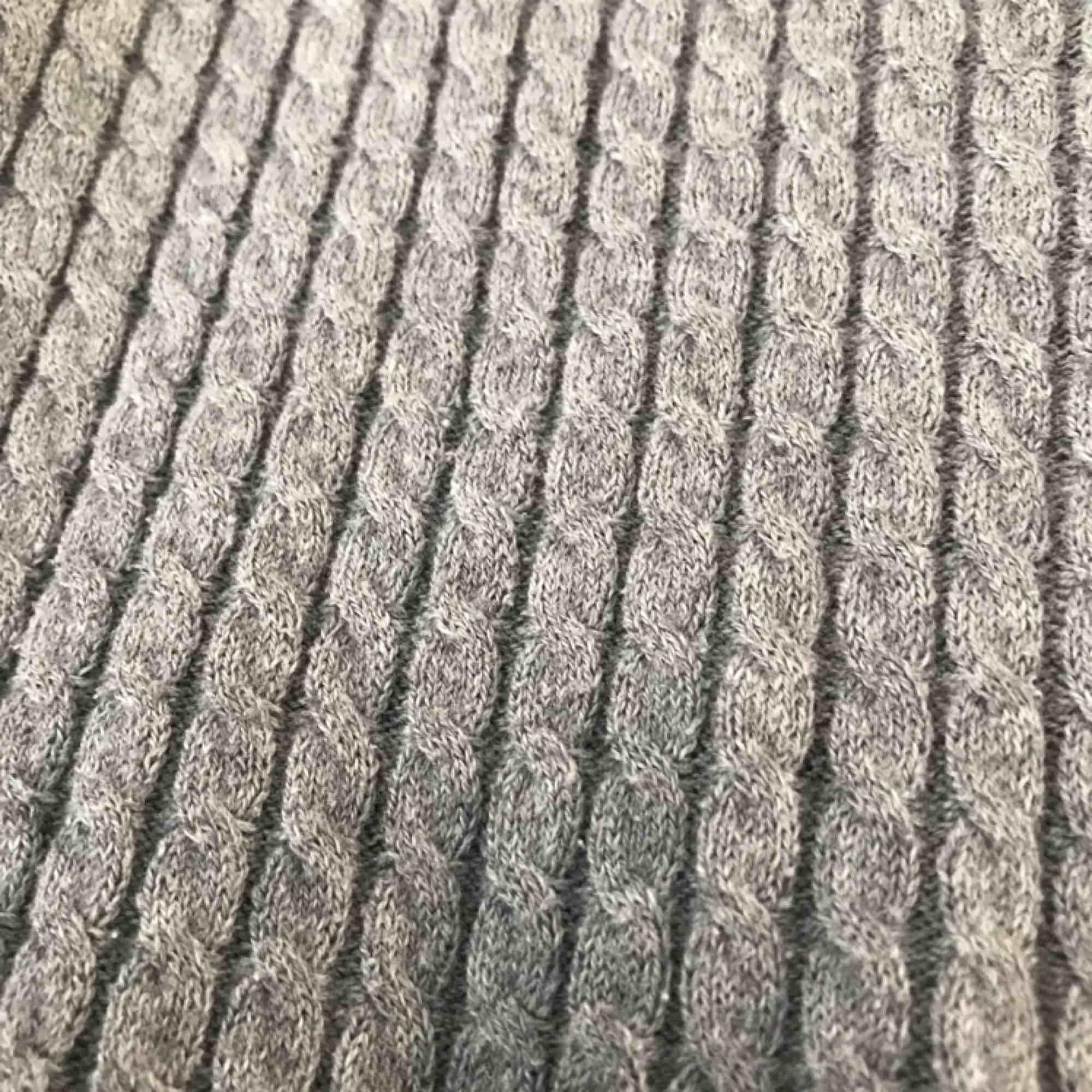 En lite tunnare kabelstickad tröja. Enligt lappen är det storlek S, men jag skulle säga XS. Inte alls sliten. Frakt är inte inräknat. Stickat.