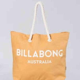 Stor väska från Billabong säljs för 250kr plus frakt! Jag har använt den ca 3 ggr.