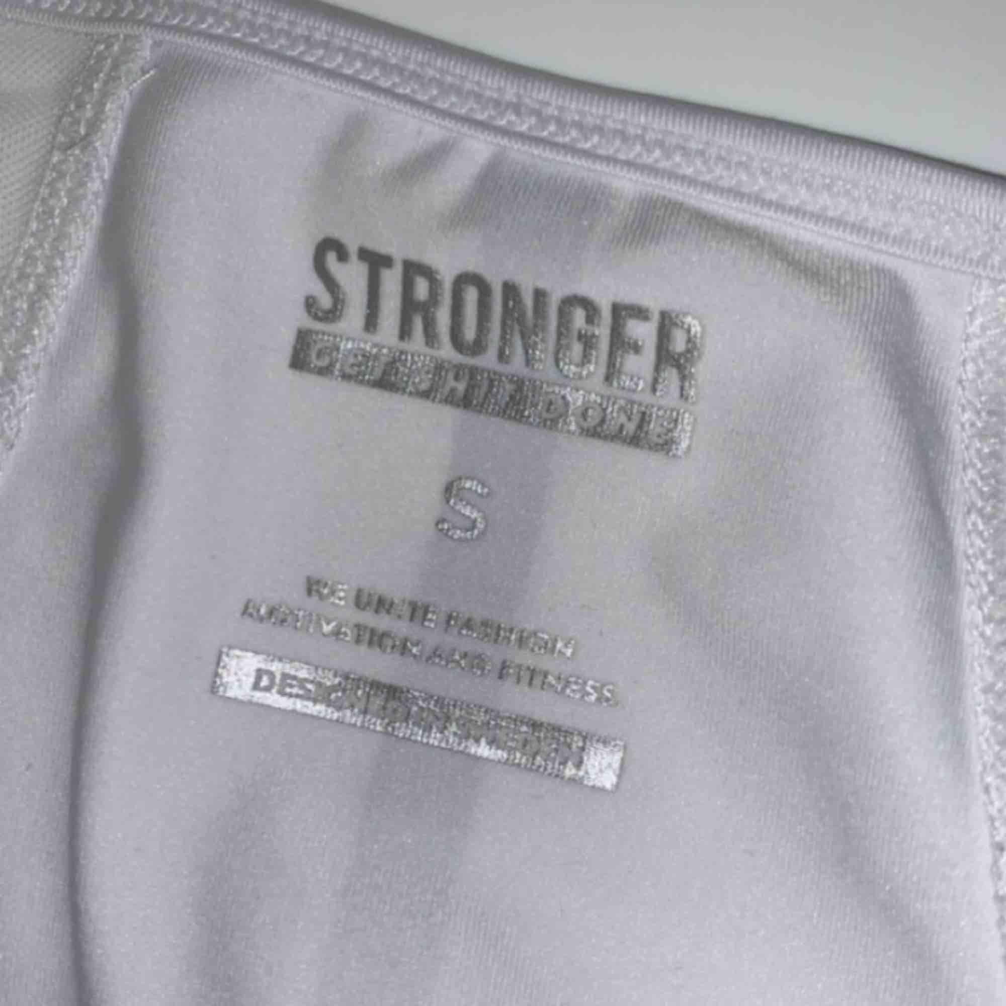Jätte fin långärmad träningströja. Storlek s men passar m. Använd ett par fåtal gånger. Huvtröjor & Träningströjor.
